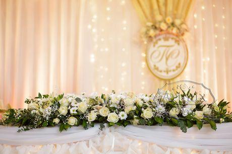 Центральная цветочная композиция на столе молодожен