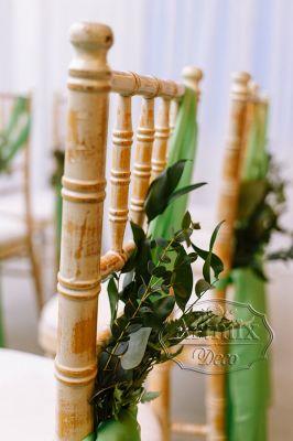Оформление стульев в едином стиле свадебной церемонии