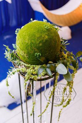 Стойка с моховыми шарами и зеленью