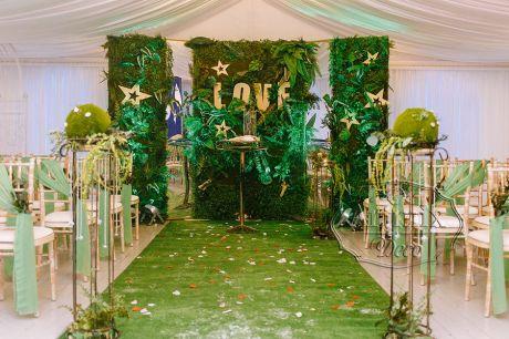 Свадебная арка в интересных сочетаниях с роскошной зеленью