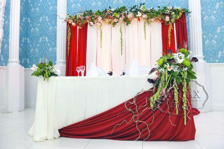 Ассиметричный декор в бордово кремовых тонах на свадьбу
