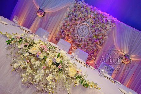 Свадебный президиум с богатым и роскошным панно из цветов