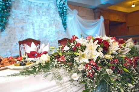 Свадебное украшение президиума живыми цветами