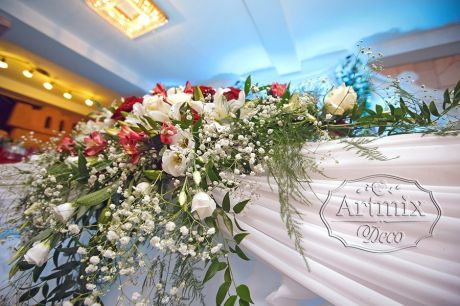 Цветочная композиция из розы, эустомы, хризантемы, королевской лилии, колокольчов альстромерии и зелени