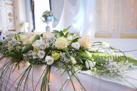 Классическая цветочная композиция состоит из несколько сортов роз, лизиантуса