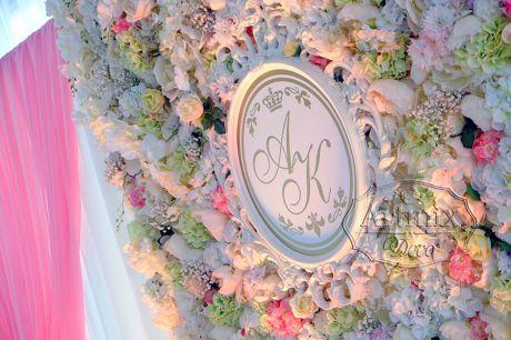 Монограмма молодожен на фоне из цветов