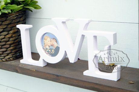 Модный элемент свадебного декора слово love с фотографией двух любящих сердец