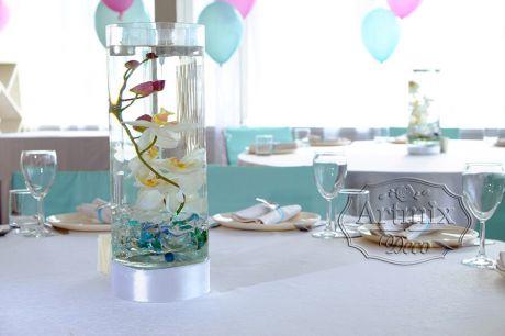 Внутри вазы орхидея, наполнена водой и подсвечивается светодиодной подсветкой