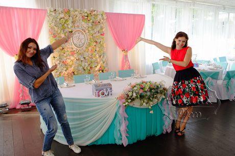 Свадебный президиум, где фон (за молодоженами) из цветочного панно