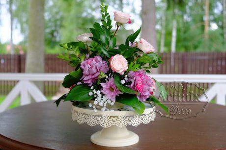 Живые цветы в кашпо для оформления свадебных столов
