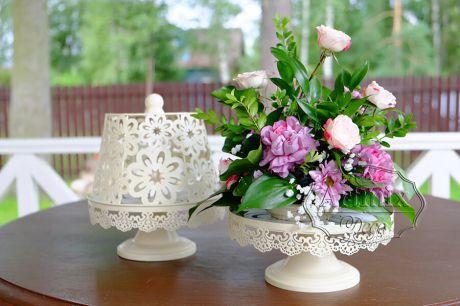 Оформление свадебных столов для гостей должно быть выполнено на высоком уровне