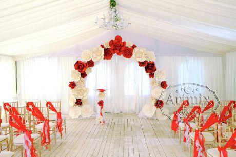 Красные цветы в оформлении свадебной арки для выездной регистрации