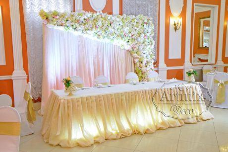 Асимметричное цветочное панно на свадебном президиуме