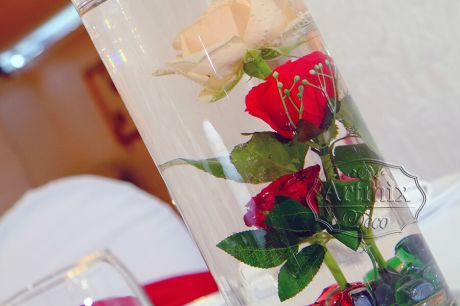 Цилиндрическая прозрачная ваза с одиночно вертикально стоящими розами