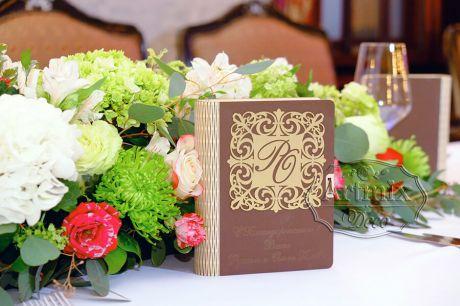 Дизайнерская коробочка-книга, которая выполнена из дерева