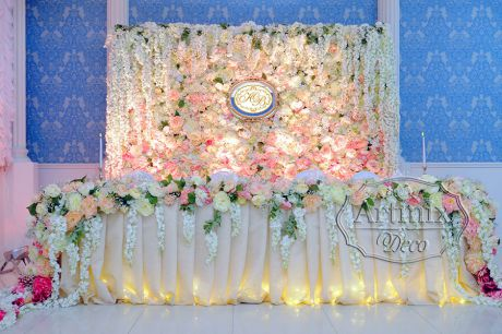 Стена на свадебном президиуме из роскошных живых цветов