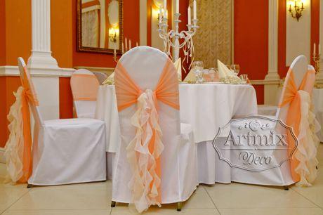 Оформление стульев лентами бежевого, нежно персикового цвета