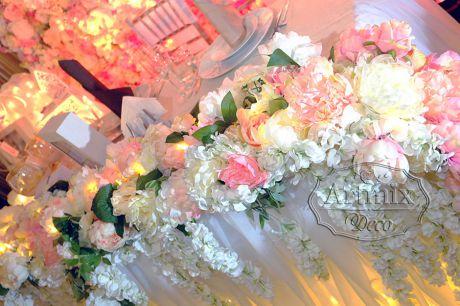 Нежная цветочная композиция на свадебном президиуме молодожен
