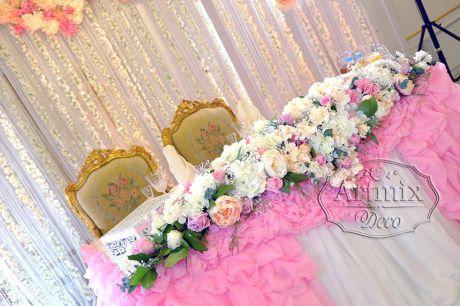 Гирлянда из цветов на свадебном президиуме
