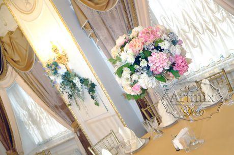 Классические  композиции в оформлении свадебных столов гостей