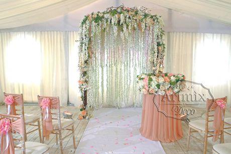 Свадебная арка на выездной церемонии из цветов глицинии