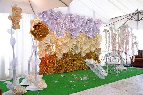 Фотозона из цветов представляет собой отдельное оформленное пространство, предназначенное для проведения фотосессии на свадьбе