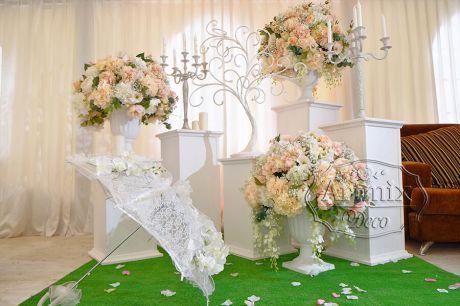 Цветы в вазах на тумбах или кубах, стойках или колонн для свадебного вечера