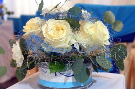 Цветочная композиция в бело-голубом цвете поддерживает цветовую палитру всего стиля Гжель