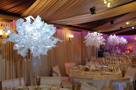 Композиции на столы с белыми ветками Гинкго Билоба
