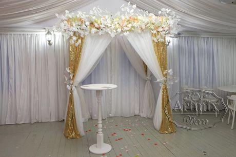 Свадебная арка с белыми ветками Гинкго Билоба
