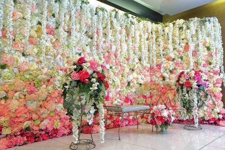 Угловой фон из цветов для свадебной фото сессии