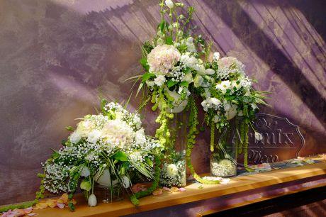 Трехуровневая цветочная композиция на фоне за женихом и невестой для Лесной свадьбы