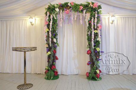 Свадебная арка из грубых веток и нежных цветов