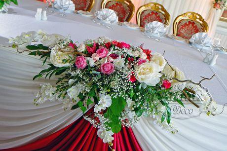 Секрет цветочного великолепия на столе свадебного президиума