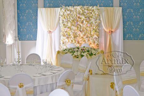 Цветы не теряется на фоне свадебного президиума