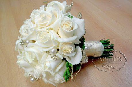 Букет невесты из белых роз, округлой формы