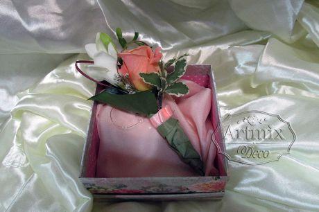 Бутоньерка для жениха состоит из коралловая роза и фрезии