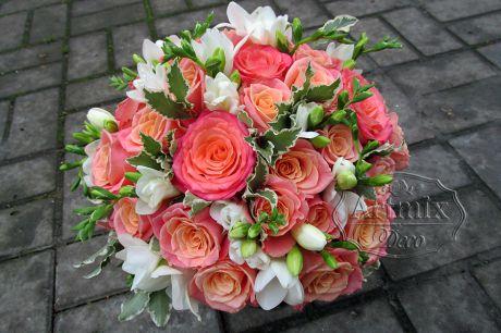Букет невесты из удивительного сорта розы с мягким цветовым переходом и ароматные фрезии с бутончиками - великолепное сочетание романтичности и природной красоты