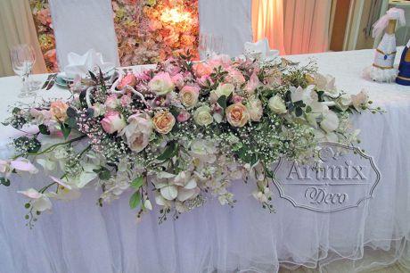 Пышная композиция на свадьбу из розы и орхидеи