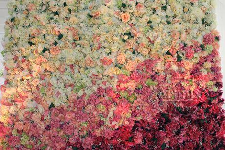 Диагональные линии из цветов на свадебном панно
