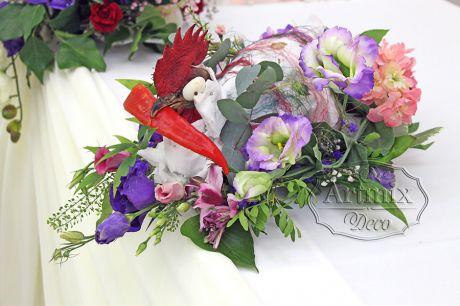 Традиционное украшение корейского свадебного стола с текстильным декором и живыми цветами и зеленью