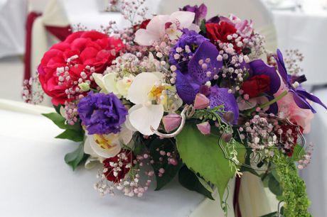 Сверхминиатюрные цветочные композиции в свадебном оформлении президиума