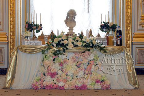 Оформление стола молодоженов в золотом стиле