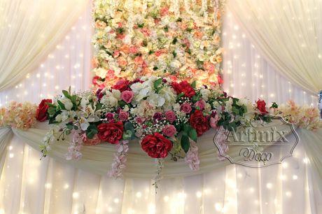 Пышная цветочная композиция на столе молодоженов