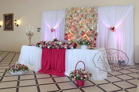Оформление свадебного президиума в амарантово - пурпурном цвете
