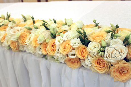 Цветочная гирлянда из живых цветов на свадебном столе