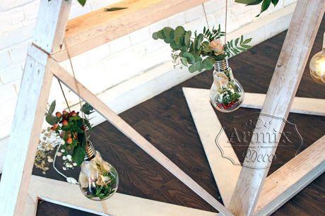 В оформлении фона у стола жениха и невесты  - оригинальные флорариумы в виде ретро лампочек с цветами, ягодами и зеленью