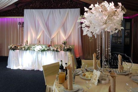 Свадебное оформление зала белыми веточками Гинкго